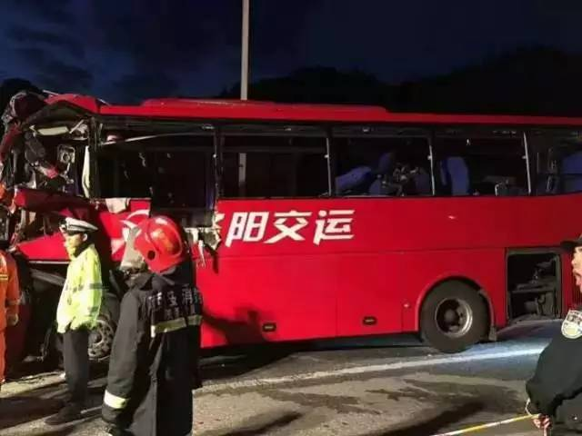 成都开往洛阳大客车在秦岭隧道撞壁 致36死13伤高清图片