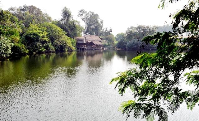 环绕着整个风景区的是,是绿意葱茏的森林,淙淙的小桥流水,星罗棋布的图片
