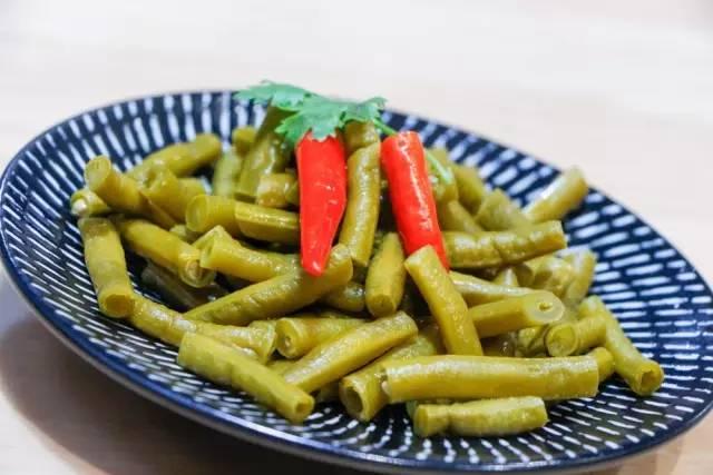 酸萝卜,老板纯手工制作,天然发酵,加上辣椒,形成独特的酸辣味道,非常