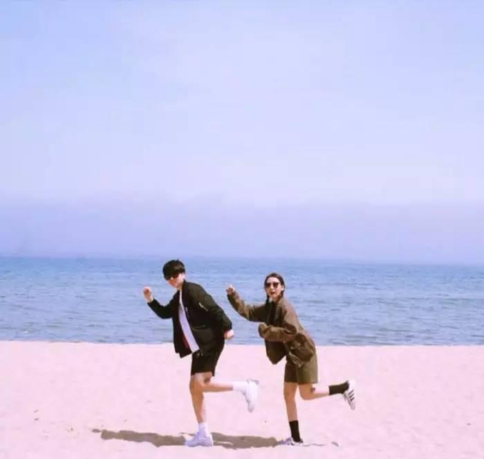 情侣旅行这样拍合照,甜到齁!图片