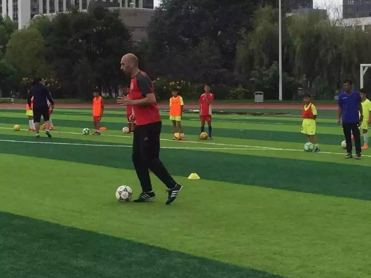 www.yl0535.com点击进入【开场哨】欧冠级别教练助力云南足球青训发展