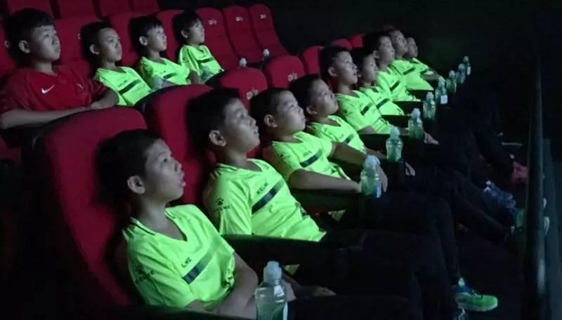 www.yl910.com点击进入电影周公益展映迎来足球小将,用体育影视影响