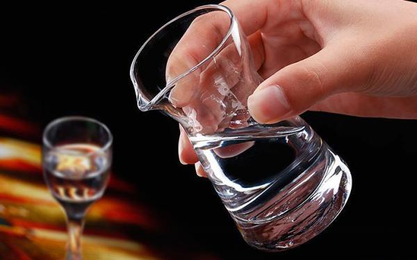 酒类市场量价回升:中高端白酒零售价上涨15%至