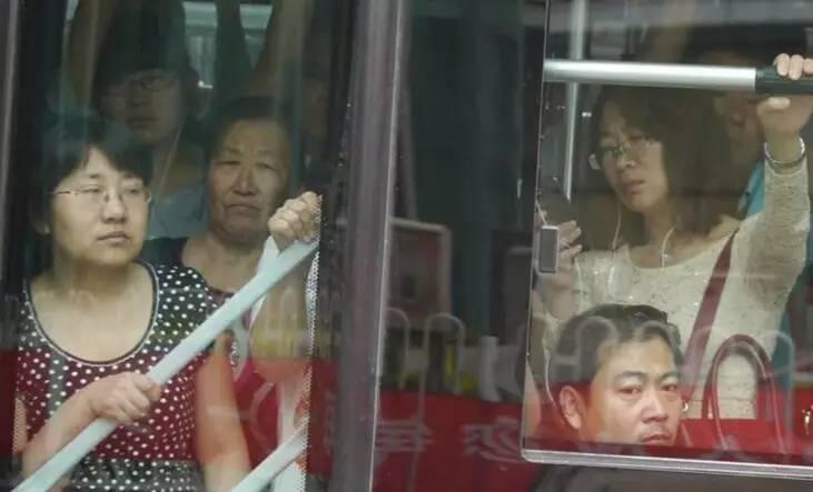 实拍我国的公交车 十分拥挤,每到夏天,女性最为尴尬图片