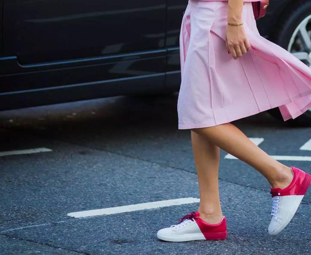 高跟鞋拜拜,这些衣服配运动鞋美多了!-时尚-河北新闻网