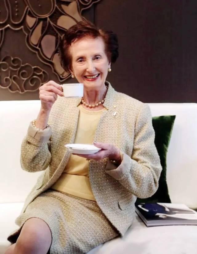 """她是农场私生女,赫本的闺蜜,基德曼的导师,派克求而不得的女人,也是英女王钦点的""""礼仪皇后""""!-时尚-河北新闻网"""