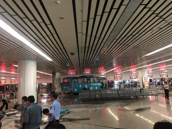 江苏无锡客运站一辆大巴冲进候车室,事故造成5人受伤