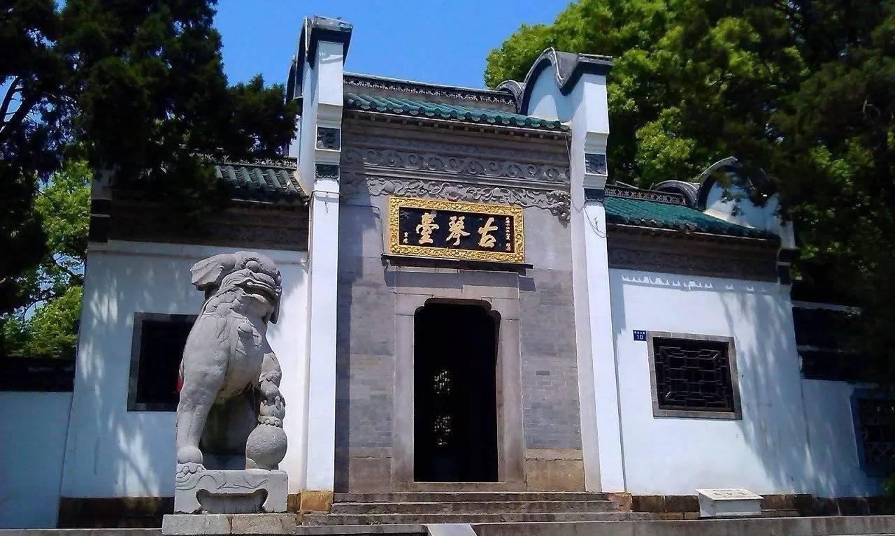 古琴台建于北宋,堂前汉白玉方形石台,传为伯牙抚琴处.图片