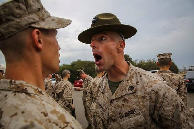 美军士官为何爱对士兵们大吼大叫?因为一动作仍然被五角大楼禁止