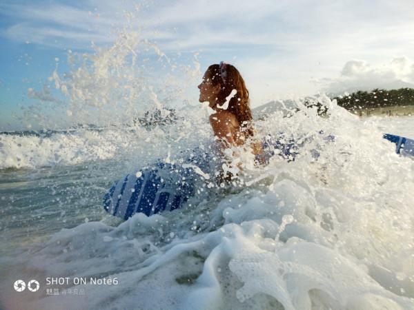 魅蓝Note 6首张实拍样张公开:美女海边戏水
