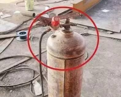 乙炔减压器未安装回火防止器,气瓶未采取防倾倒措施,颜色不符合图片