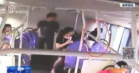 女子地铁上抽猥琐男_上海小姑娘出手教训地铁猥琐男 啪啪啪怒扇质问\