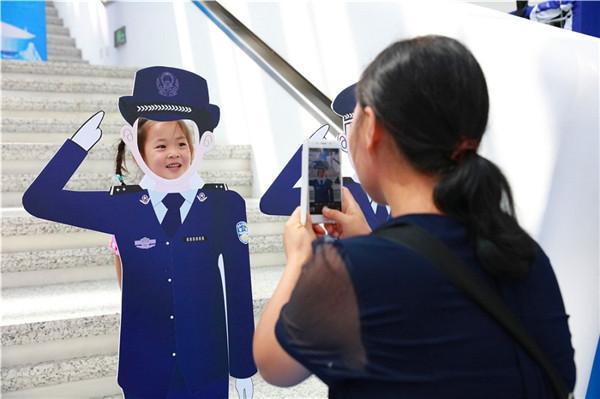 孩子们与卡通警察立牌拍照图片