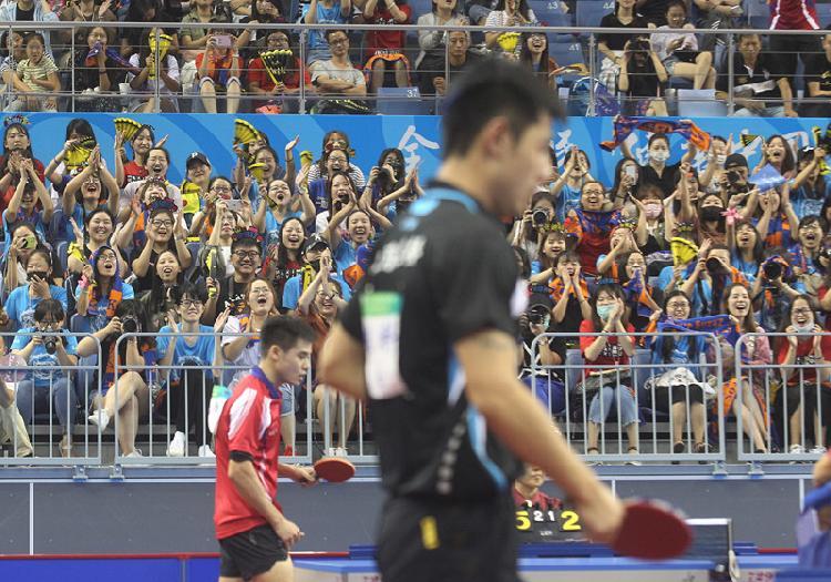 上午,1000多名张继科迷妹涌入武清区体育馆,山东队的其他队员一出场