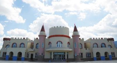 42所新建幼儿园中的一所,园所的外形设计采用了童话故事中城堡的造型.图片
