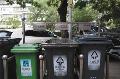 """新闻 正文  近日,部分小区单元楼下的垃圾桶发生变化,由原来的""""三桶"""""""