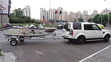 白色路虎婚车最牛囹�a_9月2日,在渝北红唐路转盘附近出现戏剧性的一幕:一辆白色路虎的车尾