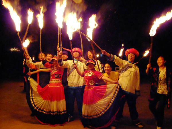 彝族摸扔节现场视频_[新闻]彝族火把节和楚雄双柏县摸奶节的由来
