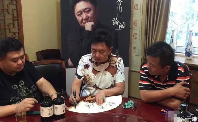 于谦晒日光浴_6月16日,相声演员于谦在微博晒出一组和朋友们聚会吃饭的照片,\