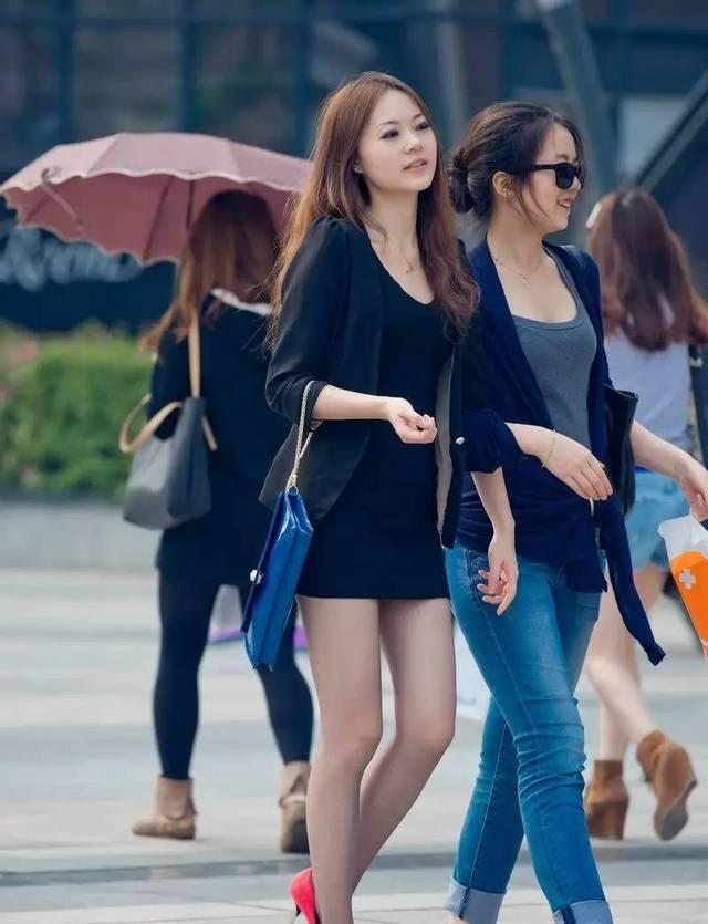 高跟鞋丝袜美女�9��_街拍南阳高跟美腿丝袜的超短裙美女白领