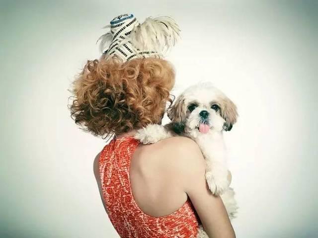 欧美美女让狗操b视频_养狗的女人,都很简单纯粹,因为她们只会把心思花在美好的事物上,会