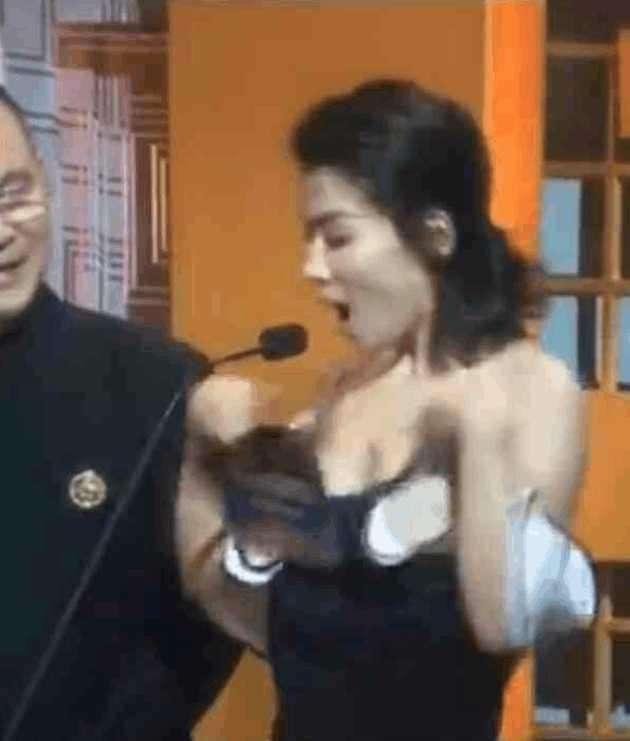 色咪咪�9��_刘涛吊带礼服滑落, 男嘉宾在旁色咪咪的都看呆了