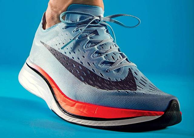 耐克跑鞋最新�_因为其中3位顶尖马拉松运动员脚上的跑鞋,就是nike研发的全新鞋型