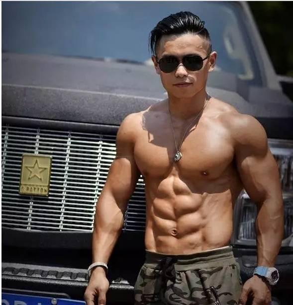 撸师野弟弟干_那时我结束了一天的厨师工作后, 去一家健身房撸铁.