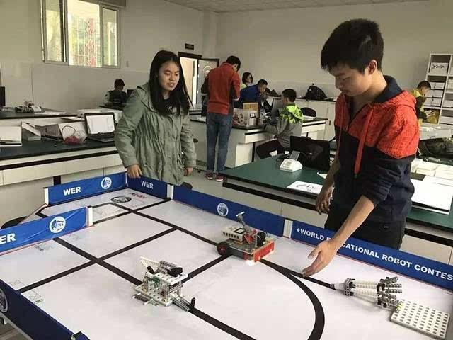 初中作文中課程載體創新基地為學校,打架基地機器人實驗室,物聯網利用以高物理圖片