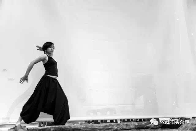 系人体艺术_参展艺术家张淼现场表演人体雕塑舞蹈《灵魂行走无疆》