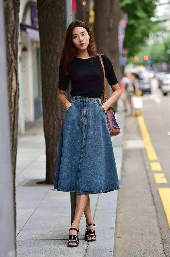 裙搭配_复古优雅的牛仔伞裙搭配紧身黑色上衣,简单的配色,却很美.▼