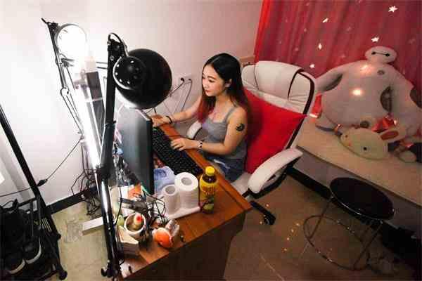 直播8_2015年8月27日,广州,苏眉直播的房间不大,由公司提供,背景经过简单的