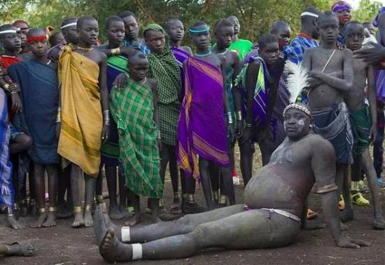 美女拖光了衣服让男玩_非洲最后原始部落的赤裸美女 女孩乐享男人被鞭挞