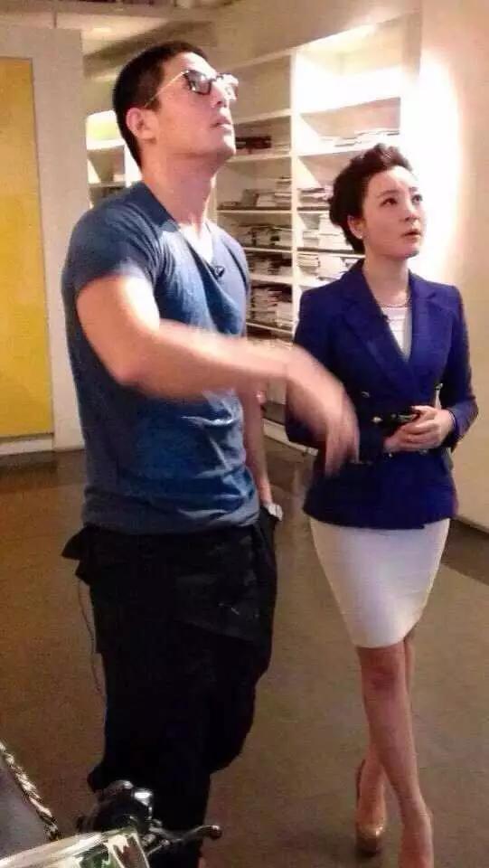 央视主持章艳_2013年,央视财经频道主持人章艳采访橙果创意公司蒋友柏先生.