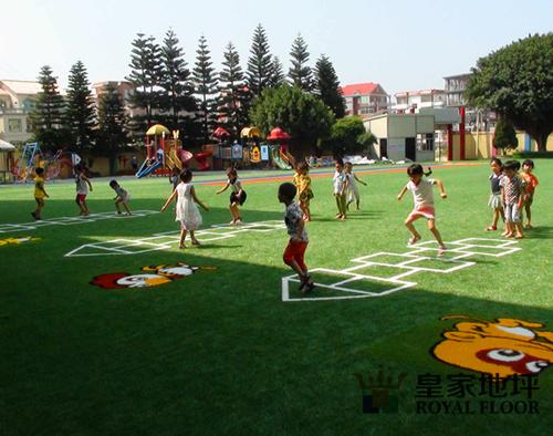 孩子在校园塑胶跑道奔跑