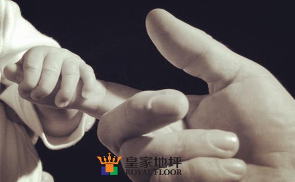 孩子和父亲的手