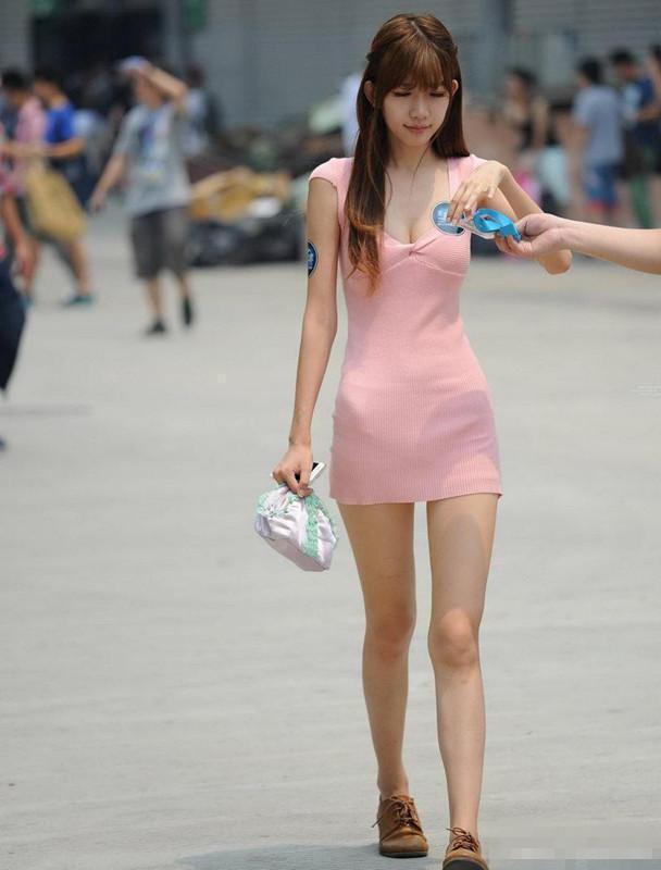 _夏季街头美女这样穿包臀裙,身材简直不能再好了!