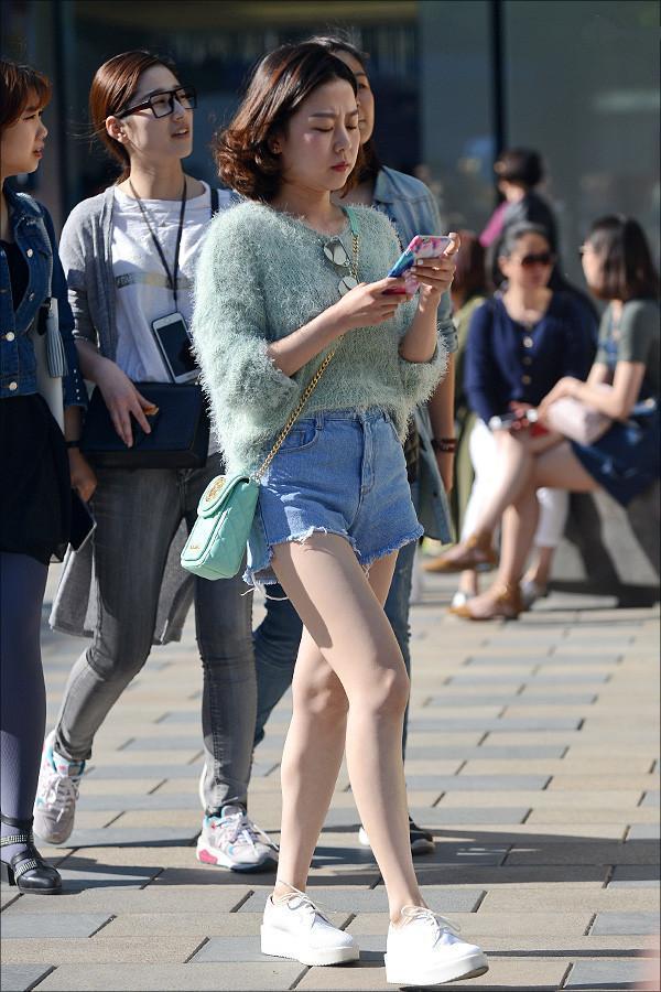 美女蓝色高跟鞋踩蛋_街拍美女身材都超棒,高贵冷艳,穿那么美腿又长!