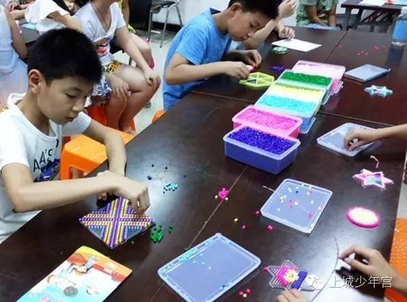【玩转瞬间】巧手工坊走进婺江社区,拼拼豆豆创意无限!