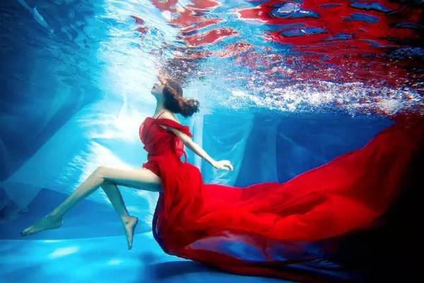 海底世界动感囹�a_那些超唯美的水下照片是怎么拍出来的?原来不会游泳也能拍