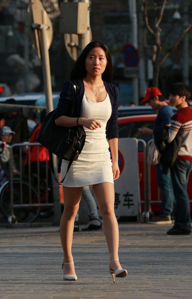穿旗袍的紧身肥臀_街拍:穿包臀裙的女人不只是性感,更是一道风景线