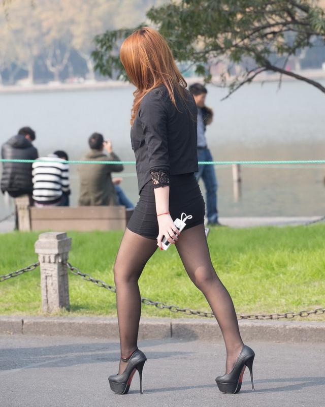 奸淫性感妈妈的丝袜骚穴_街拍:穿包臀裙的女人不只是性感,更是一道风景线