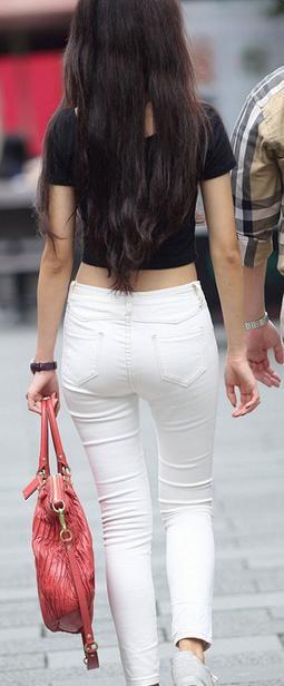 白色紧身裤视频_白色紧身裤,露脐黑色装,美腿细腰全都有