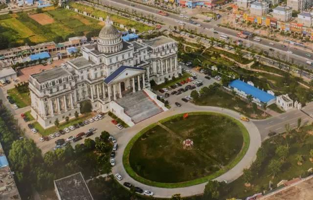 2015年9月,在安徽省阜阳市航拍的该市颍泉区政府办公楼.