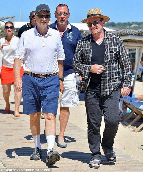 比尔·盖茨和Bono出行演绎最潮流穿搭:白袜配凉鞋的照片 - 2