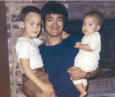 李小龙和妻子_李小龙死后,他的妻子嫁给谁了?_搜狐娱乐_搜狐网