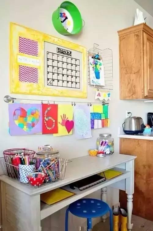 干凈整潔的作業角,除了有書架,臺燈,收納文具的瓶子