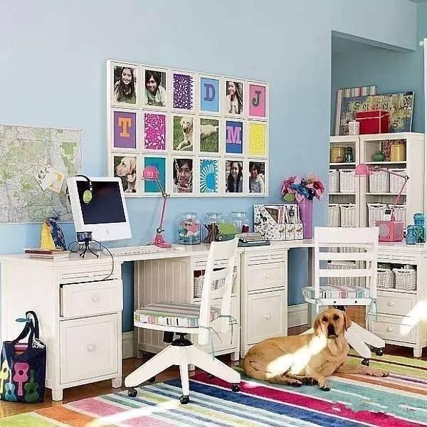 干凈整潔的作業角,除了有書架,臺燈,收納文具的瓶子圖片