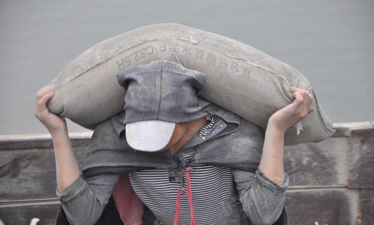 日逼是干什么的_实拍长江边的女民工:日扛水泥200袋,一袋仅挣1块