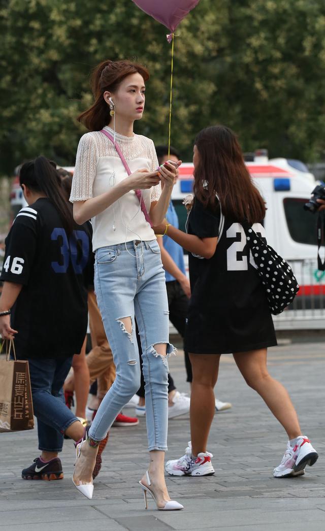 沈阳街拍美女_街拍:穿破洞牛仔裤+尖头恨天高的笔腿妹子,一般_搜狐时尚